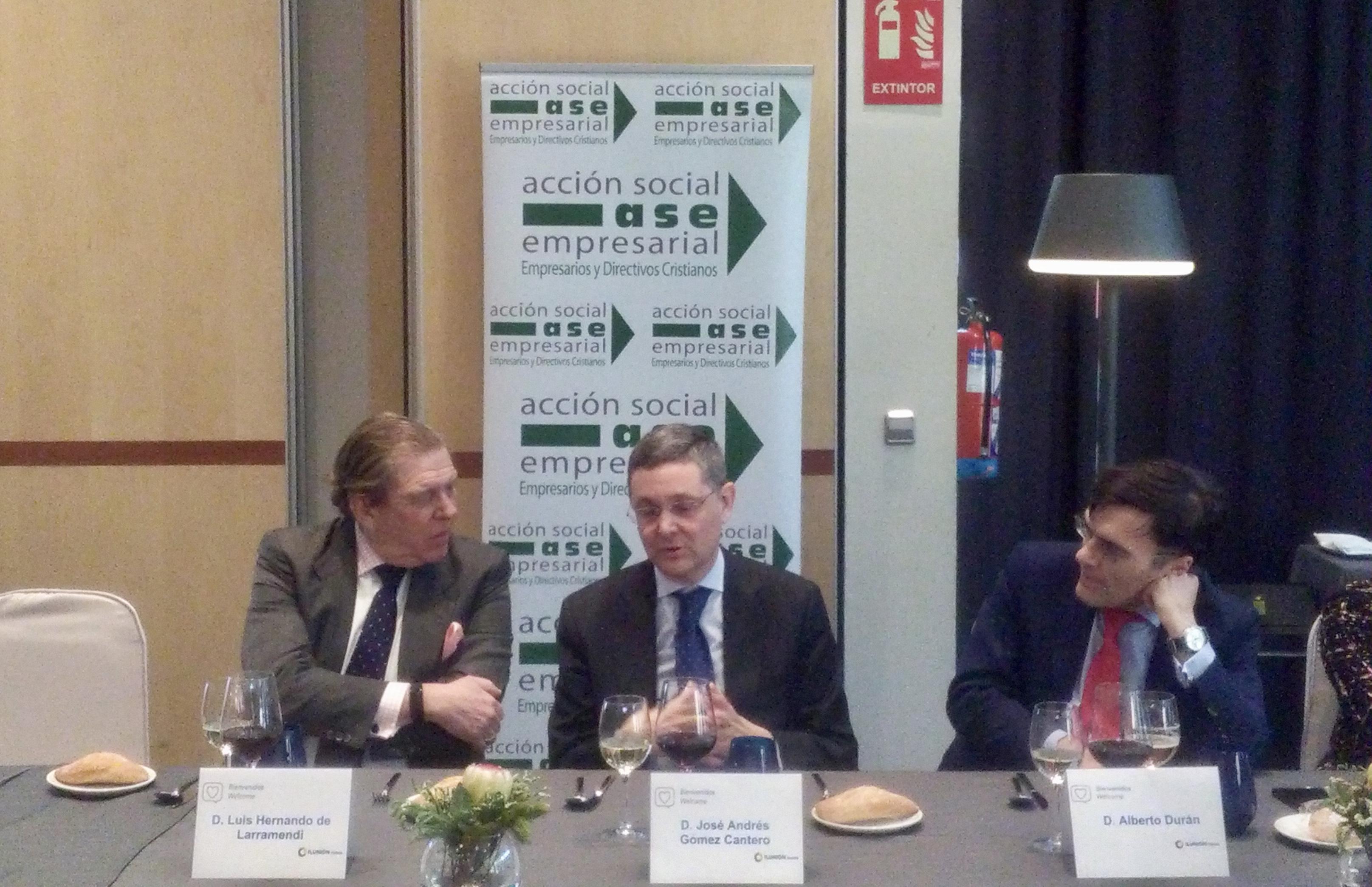 D. Luis H. de Larramendi, derecha, D. José Andrés Gómez Cantero, centro, D. Alberto Durán, derecha, durante la ponencia